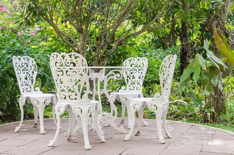 Gartenstühle aus Metall bedürfen wieder einer anderen Pflege. So ist es sinnvoll, diese zunächst auch mit einer milden Seifenlauge zu reinigen. Denkbar ist es ebenfalls, einen verdünnten Essigreiniger auf die metallische Gartengarnitur zu geben. (#03)