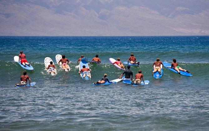 Neben der Möglichkeit, sich das Surfequipment günstig zu kaufen oder ein Board selber zu bauen, können Sie es außerdem leihen. An vielen Surfspots der Welt bieten Surfschulen oder spezielle Verleihfirmen den Urlaubsgästen das tageweise Mieten von Board, Segel und Kleidung an. (#03)