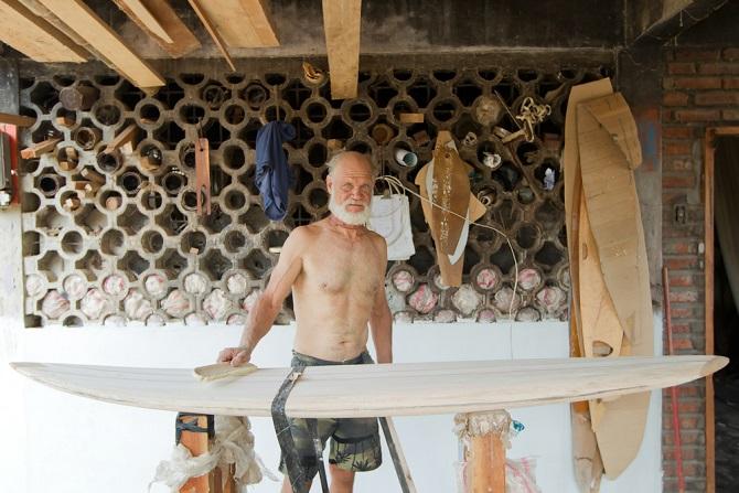 Als passionierter Surfer ist der Bau eines eigenen Surfbretts einerseits eine Herausforderung und andererseits häufig ein Herzenswunsch. Auf dem selbst designten Board macht das Wellenreiten nach vielen Stunden Arbeit schließlich noch mehr Spaß. (#01)
