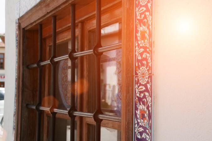 Nach vorne gelegene Fenster können mit eingebauten Eisengittern zusätzlich gesichert werden. Aber auch bei Kellerfenstern bietet sich diese Möglichkeit an. (#5)