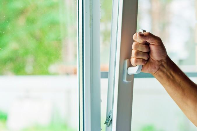 Die einfachste aller Maßnahmen zum Haus absichern: Beim Verlassen des Hauses alle Fenster und Türen richtig verschließen. (#1)