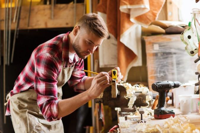 Eine entscheidende Vorarbeit beim Holz bearbeiten ist das Anreißen. Nur wer richtig misst, hat später auch Erfolg mit der Weiterverarbeitung (#2)