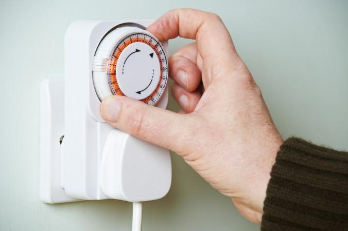 Mit einer einfachen Zeitschaltuhr kann man Licht und Ton programmieren. Es scheint als wäre jemand zu Hause. (#3)