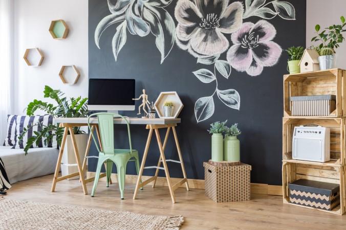 Wenn Sie gut malen können, dann ist eine individuelle Tapete vielleicht das Richtige? Weinfach die Wand mit Tafellack bestreichen und schon kann drauf los gemalt werden. (#2)
