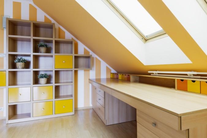 Am Einfachsten kann man mit Regalen Stauraum unter den Dachschrägen schaffen. ob vom Schreiner oder dem Möbelhaus, hier gibt es keine Grenzen (#1)