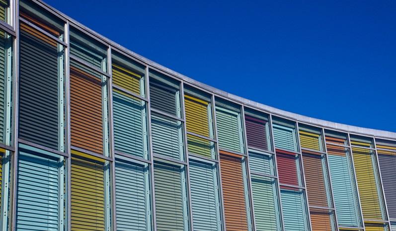 Zum Teil handelt es sich um getönte Folien, die die Helligkeit und die Atmosphäre der Räumlichkeiten leicht verändern. Gleichzeitig kann ein solche Farbtönung die Schutzfunktion verstärken.Weitere Sonnen- und Wärmeschutzsysteme, die für den privaten oder geschäftlichen Einsatz infrage kommen, sind Plissees, Rollos und Vorhänge. (#01)