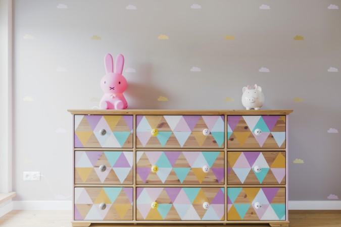 DIY Ideen können triste Möbel aufpeppen. Eine alte Holzkommode wird mit Pastelfarben und neuen Schubladenknöpfen zu einem Highlight im Kinderzimmer. (#1)