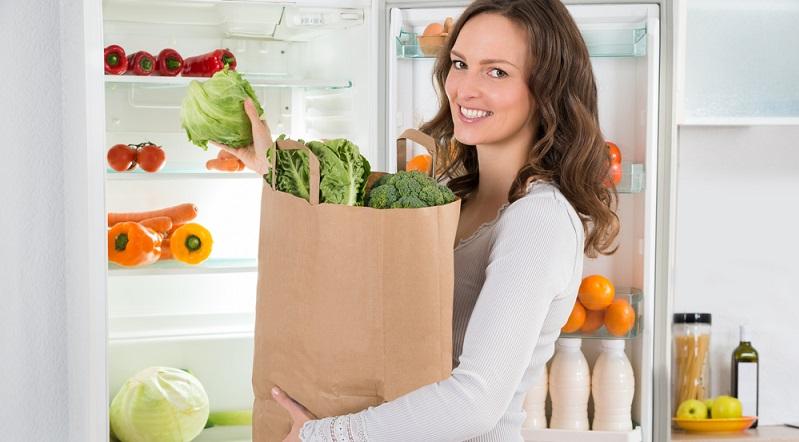 Innerhalb eines Kühlschranks variiert die Temperatur. Das unterste Fach direkt über den Ablagen für Obst und Gemüse ist der kälteste Bereich. Hier sollten leicht verderbliche Lebensmittel wie Fleisch und Eier aufbewahrt werden. (#02)
