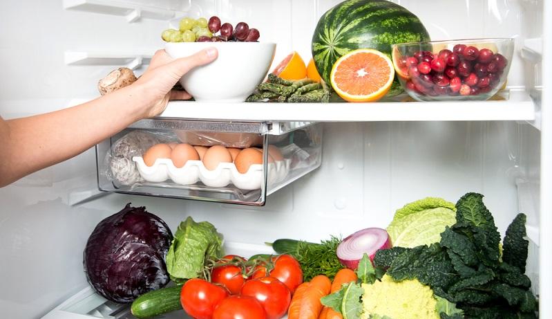 Ein Blick in das Gefrierfach kann die nächste Möglichkeit zeigen, durch die Sie beim Kühlschrank Strom sparen. Hat sich bereits eine Eisschicht an den Seitenwänden, der Decke und dem Boden gebildet? Dann wird es höchste Zeit, das Eisfach abzutauen. (#01)