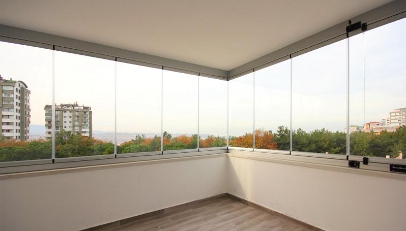 Auch Spiegelglasfolie eignet sich für ein modernes Beleuchtungskonzept und lässt sich schön in die räumliche Gestaltung integrieren. Das geschieht ebenfalls mithilfe von zusätzlichen Leuchtelementen oder durch die geschickte Positionierung der spiegelnden Scheiben. (#01)