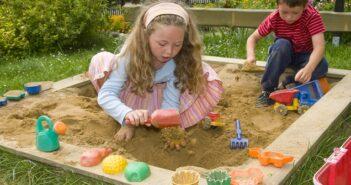 Sandkasten aufstellen: Planung und Tipps für den ungetrübten Buddelspaß