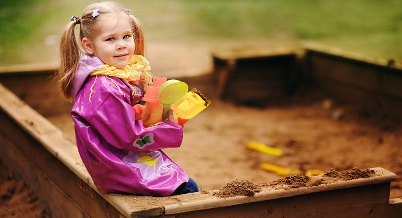 Die einen setzen auf einen fertigen Sandkasten, den sie nur noch aufstellen müssen, die anderen hingegen versuchen sich als Heimwerker und lassen selbst die tollsten Buddelgelegenheiten für die Kleinsten entstehen. (#01)