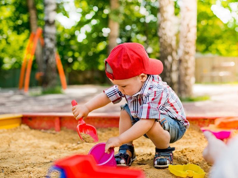 Es gibt verschiedene Methoden, den Sandkasten aufzustellen – optimal ist es aber, wenn eine Grube und eine Drainage vorhanden sind und diese mit dem erwähnten Vlies ergänzt werden. (#03)