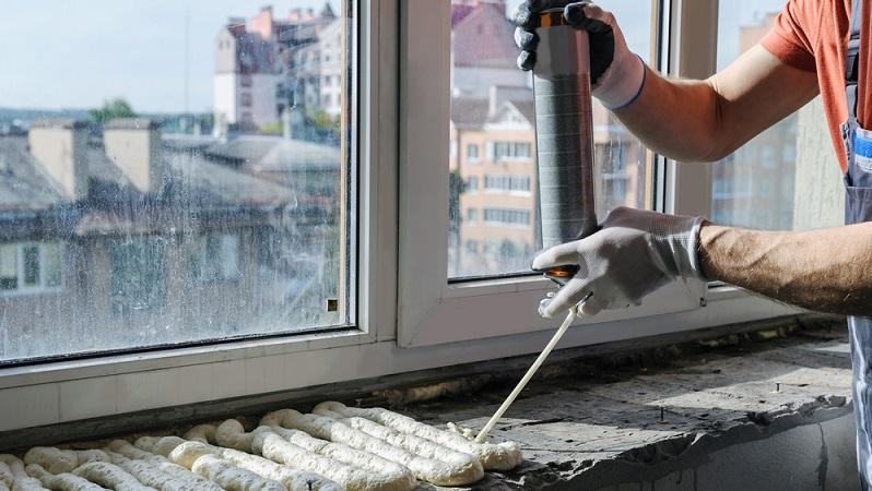 Für größere Werkteile eignet sich Montageschaum aus Polyurethan - zum Beispiel beim Einbau von Türen und Fenstern. Montageschaum klebt, füllt und dämmt zugleich und kann per Sprühpistole zielgenau und in großen Mengen aufgebracht werden. (#04)