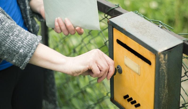 Ein solider Briefkasten sorgt für trockene Post und einen zufriedenen Briefträger. Neben der Materialqualität zählt auch die zuverlässige Montage: So lassen sich Probleme vermeiden. (#01)