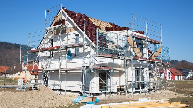 Es ist empfehlenswert, zugleich mit der Hausfinanzierung einen Bausparvertrag abzuschließen und monatlich in diesen einzuzahlen. Der Grund: Sie können darin nach und nach Geld ansparen und bekommen zusätzlich die staatliche Prämie. (#03)