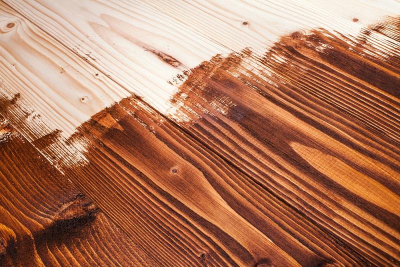 Bei einer Lasurschicht schimmert stets noch die Maserung des Holzes durch.(#01)