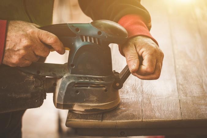 Für eine komplette Grunderneuerung benötigt eine ausreichende Tiefe, um das alte Holz komplett abschleifen zu können. Für jede Oberflächenbehandlung, ist ein anderer Abschliff notwendig. Mal mit Maschine, mal in handarbeit. (#2)