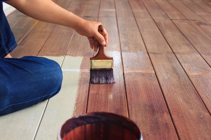 Beim Bearbeiten der Holzoberfläche von Holzfußböden sind manchmal Spezialbehandlungen nötig. Am besten macht man sich vor der Bearbeitung erstmal schlau. (#3)