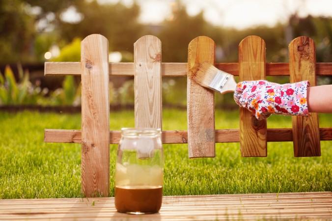 Mit der richtigen Technik ist es ganz einfach, die Holzoberfläche von einem alten Holzzaun zu erneuern. Frisch lasiert ist er auch wieder wetterfest. (#4)