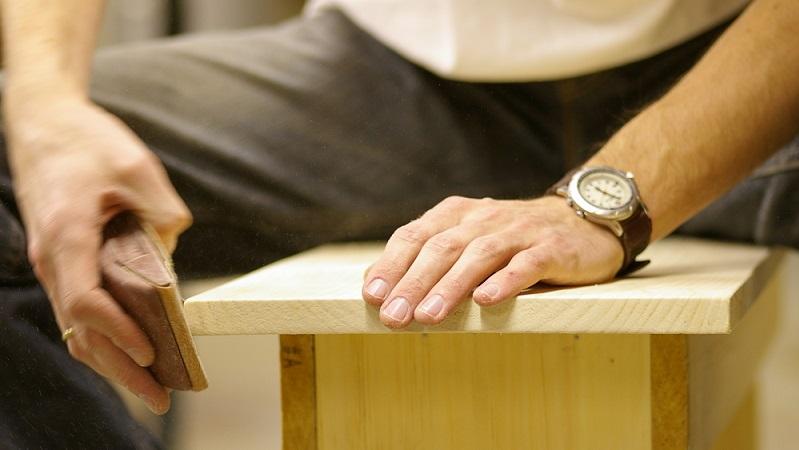 Vor allem im Möbelbau kommen so gut wie nie scharfe Kanten zum Einsatz, da die Verletzungsgefahr, erst recht mit Kindern im Haushalt, viel zu groß wäre. Um abgerundete Kanten zu bekommen, geht man wie beim Schleifen des Holzes vor. (#03)