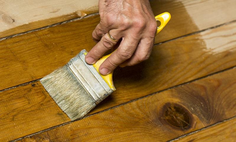 Für den Einsatz des behandelten Holzes im Außenbereich empfiehlt sich zudem mindestens eine Lasur. In einen Hingucker verwandelt sich das Holz, wenn es nach dem Schleifen und Polieren mit einem deckenden Lack in einer beliebigen Farbe gestrichen wird. (#04)