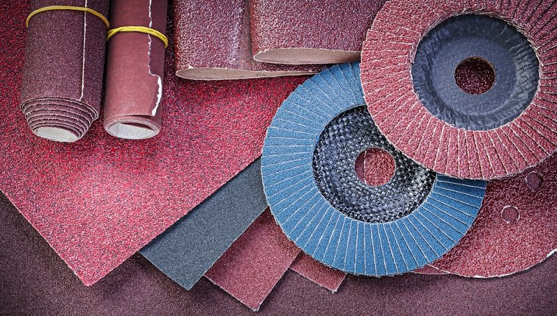 Schleifpapier wird in verschiedenen Körnungen benötigt. Beim Grobschliff kommen Körnungen zwischen 40 und 60 zum Einsatz. Je feiner es wird, desto höher steigen die Körnungszahlen. (#02)