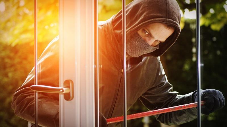 Auf den ersten Blick sind die direkten Folgen eines Einbruchs deutlich: Beschädigungen an der Wohnung oder dem Haus und der Verlust von Wertgegenständen. Mit dem entsprechenden Versicherungsschutz wird dieser Sachschaden in der Regel vom Versicherungsträger reguliert. (#01)