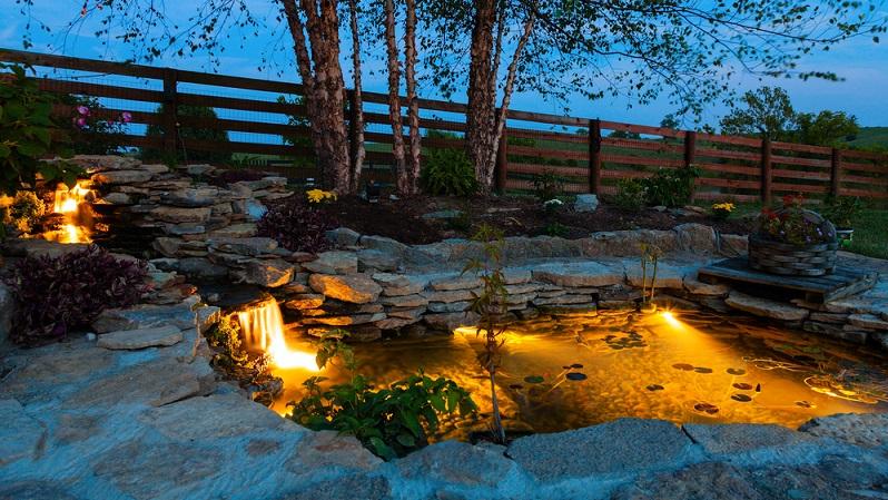 Gerade im Hochsommer erlauben es die Temperaturen häufig, bis tief in die Nacht hinein gemütlich im Garten zu sitzen. Wer zu fortgeschrittener Stunde jedoch nicht im Dunkeln sitzen möchte, benötigt eine stimmungsvolle Gartenbeleuchtung. (#03)