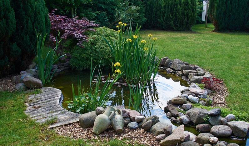 Das Geräusch von leise plätscherndem Wasser lässt innerhalb kürzester Zeit Entspannung aufkommen und erinnert beim Zuhören an das Geräusch des Meeres. Daher gehört zu einem Gartenparadies mit Urlaubsfeeling auch eine Wasserquelle mit fließendem oder plätscherndem Wasser. (#02)