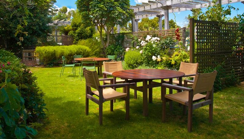 Ein Gartenparadies hinter dem eigenen Haus zu erschaffen, braucht weder große Investitionen noch viel Zeit. Schon mit einigen kleinen Umgestaltungen zieht in Ihrem Garten das Urlaubsfeeling ein. (#01)