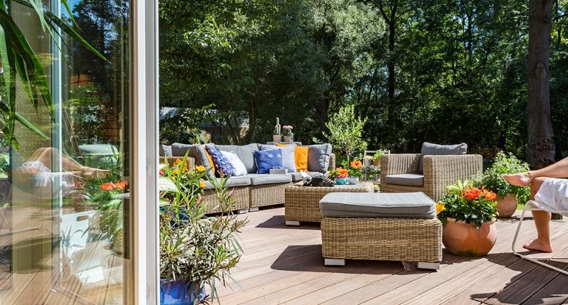 Für eine gemütliche Zeit im eigenen Garten benötigen Sie bequeme Sitzgelegenheiten oder Sonnenliegen. Idealerweise kombinieren Sie eine Sitzecke mit Liegen zum Sonnen für alle Familienmitglieder. (#04)