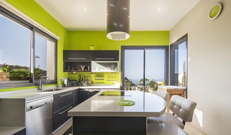 Ob man die Küche umbauen oder modernisieren möchte, macht sowohl zeitlich als auch finanziell einen großen Unterschied. Wenn aber praktisch der komplette Küchenraum alt und umständlich geworden ist, sollte langfristig geplant werden. (#03)