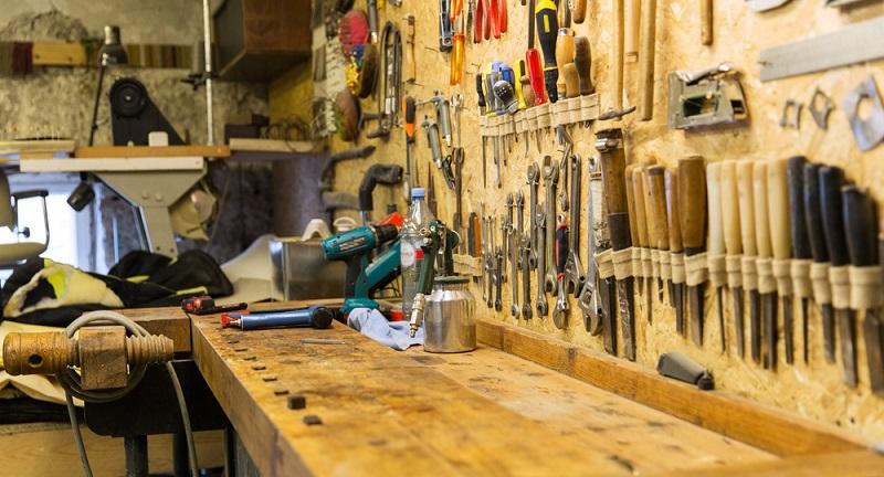 Zu jeder guten Werkstatt gehört eine belastbare Werkbank, auf der sich Werkstücke einspannen und bearbeiten lassen. Wer sich auf Montage befindet oder nur begrenzte Platzverhältnisse vorfindet, kann nicht auf konventionelle Werkbänke zurückgreifen. (#04)