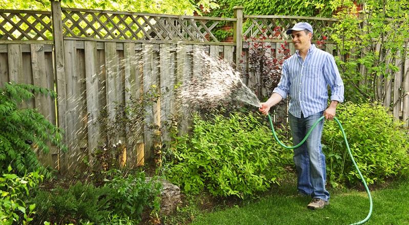 Der Gartenschlauch gehört zu den Basics der Gartenausstattung und darf sogar bei kleineren Außenflächen nicht fehlen. Wer bereits einmal versucht hat, seinen gesamten Garten nur mit einer Gießkanne zu bewässern, wird um die Wichtigkeit eines soliden Schlauchs wissen. (#07)