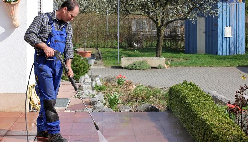 Das Reinigen großer Terrassenflächen, Mauern und auch Fassaden kann unter Umständen Stunden in Anspruch nehmen. Vor allem wenn für die Säuberung nur ein Gartenschlauch zur Verfügung steht, verschwenden Gartenbesitzer nicht nur Wasser, sondern auch wertvolle Zeit. Das Reinigen großer Terrassenflächen, Mauern und auch Fassaden kann unter Umständen Stunden in Anspruch nehmen. Vor allem wenn für die Säuberung nur ein Gartenschlauch zur Verfügung steht, verschwenden Gartenbesitzer nicht nur Wasser, sondern auch wertvolle Zeit.