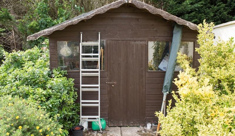 Bei der Obsternte, dem Beschnitt hoher Hecken und auch bei der Reinigung von Dachrinnen oder Schuppendächern reicht die eigene Körpergröße meist nicht aus.