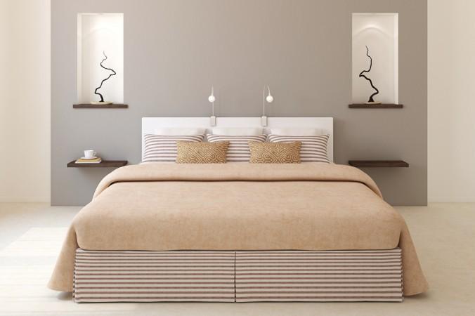 Eine tolle Wirkung erzielt man, wenn man das Boxspringbett ins Zentrum des Schlafzimmers stellt. Wenige Dekoelemente, warme braune und beige Erdtöne wirken schlicht, klassisch und elegant zugleich. (#6)