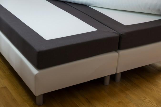 Gesehen haben Sie so einen typischen Aufbau von einfachen Boxspringbetten sicher schon mal in einem Hotel - für zu Hause gibt es deutlich schönere Varianten, besonders im Bereich der Füße. (#2)