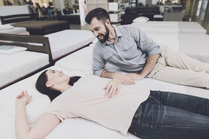 Auch beim Kauf von Boxspringbetten gilt es die Matratzen richtig zu testen. Das Probeliegen ist das A und O bei jedem Bettenkauf. (#3)