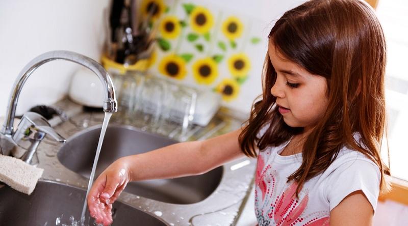 Einfache Möglichkeiten sind zum Beispiel die Reduzierung der Durchflussmenge an Wasserhähnen. Kaum jemand wird den kompletten Druck benötigen, der aus der Wasserleitung kommt. (#03)