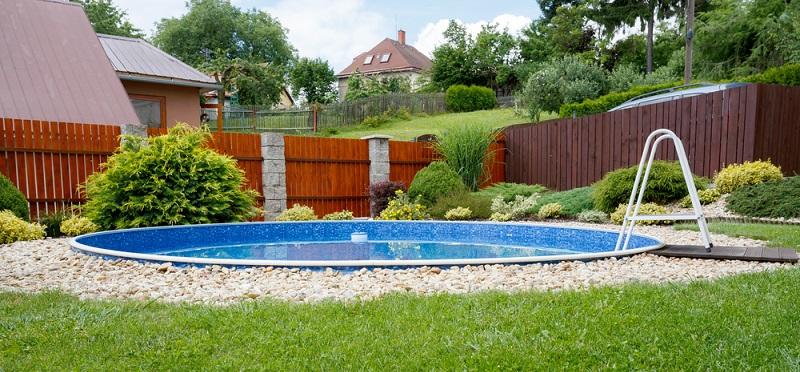 Da das Aufstellen großer Becken im Garten jedoch nicht selten unschöne Flecken auf dem Rasen hinterlässt und dementsprechend viel Arbeitsaufwand hervorruft, sollten Eltern am besten einen festen Platz für den Pool definieren. (#04)