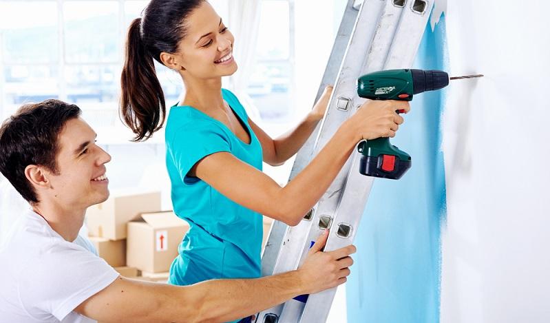 Einer der wichtigsten Tipps ist die sichere Standposition. Der Bohrer hat viel Kraft und daher sollte man frontal zur Wand stehen. (#02)