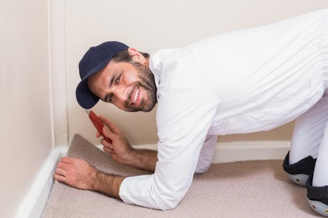 Beim Teppichboden verlegen ohne kleben, ist auf die richtige Reihenfolge zu achten: Teppich ausrollen, Teppich eine Zeit lang liegen lassen und erst danach den Teppich exact einpassen. (#5)