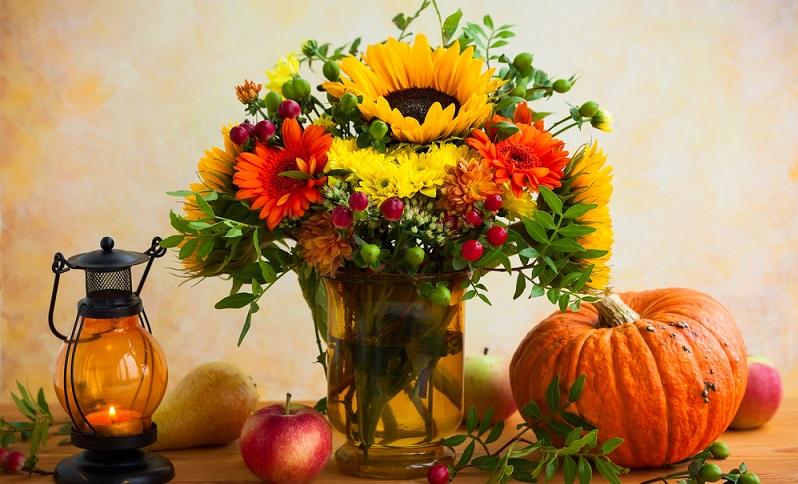 Im frühen Herbst gibt es noch Sonnenblumen, doch später im Jahr holt man sich Misteln oder Amaryllis: Dazu passen Vasen in einem dunklen Rot oder in Violett. (#04)