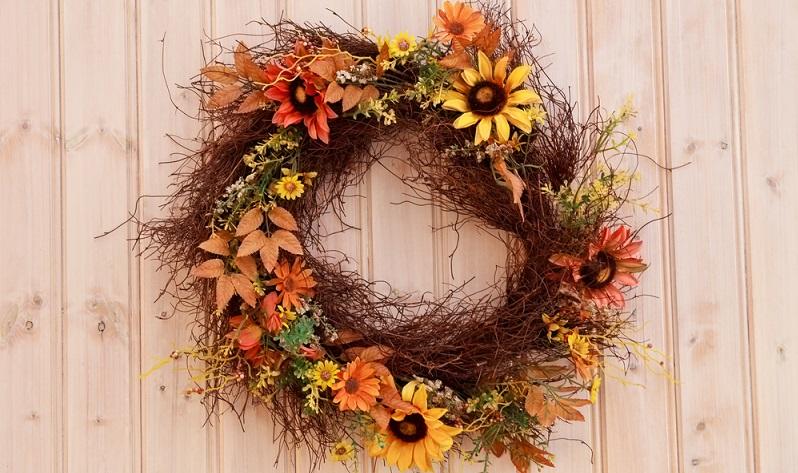 Schöne Türkränze aus Zweigen und getrockneten Blumen sind eine gute Idee, um schon an der Eingangstür eine einladende Stimmung zu schaffen. (#03)