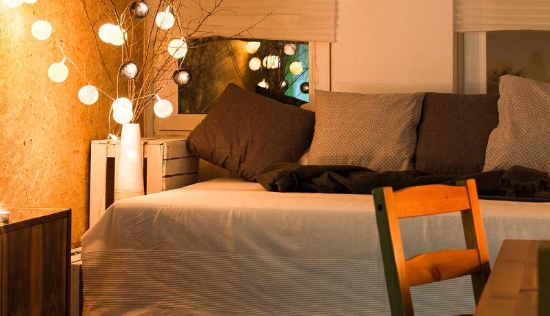 Weiche Kissen und Wolldecken verlocken dazu, sich auf dem Sofa einzukuscheln. In den klassischen Herbstfarben sehen sie besonders behaglich aus, zudem fühlt man sich gleich aufgewärmt. (#01)