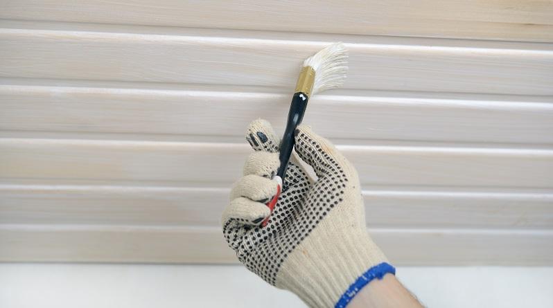 Paneelen aus Holz müssen vor dem Streichen leicht angeraut werden. Dafür wählen Sie am besten ein Schleifpapier mit der Körnung 220 und behandeln die gesamte Deckenfläche damit. (#04)