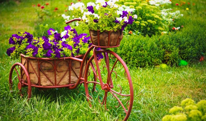 Oftmals lassen sich Schrott oder Müll, der nur irgendwo herumliegt und Platz wegnimmt, auch noch herrlich zu kreativen Deko-Objekten und Accessoires verarbeiten. So werden z.B. alte Haushaltsgegenstände spontan zur Gartendeko umfunktioniert. (#02)