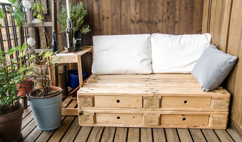 In Sachen DIY-Möbel immer noch einen Renner, das Paletten-Gartensofa. Gerade selbstgemacht versprühen diese Objekte, mit entsprechender Deko aufgehübscht, fast schon mediterranes Flair. (#03)